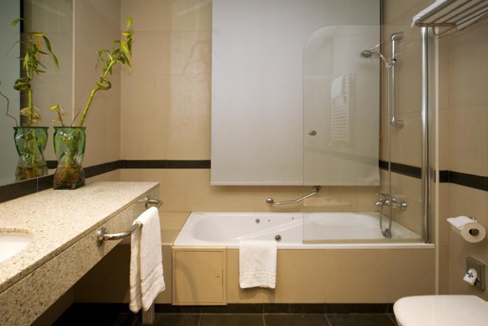 Fotos hotel miraflores de la sierra for Bano con jacuzzi y ducha planos